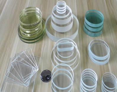 Various kinds of glass disc, glass panel, step glass and gauge glass are on the ground.