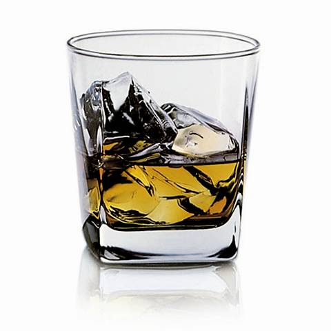 There are many ice cubes and whiskey in the thick-bottom whiskey glass.